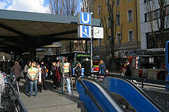 Brand an der Münchner Freiheit: Die Polizei sperrt den Abgang ab