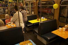 Fahrt in der Party-U-Bahn: der Speisewagen