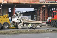 Unfall Studentenstadt - Der beschädigte LKW wird abgeschleppt