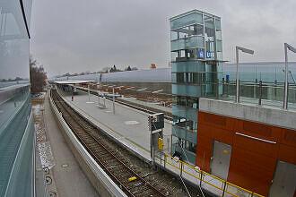 Blick vom Südzugang auf den Bahnhof Freimann