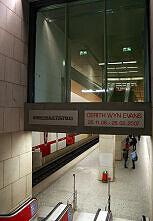 Zugang zum U-Bahnhof Königsplatz mit Kunstbau darüber