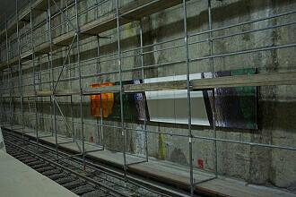 Erste Wandelemente im Bahnhof Moosach