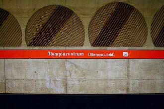 "Schriftzug ""Oberwiesenfeld"" im Bahnhof Olympiazentrum"