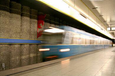 Einfahrender A-Wagen im U-Bahnhof Basler Straße