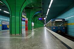 Einfahrender B-Wagen am U-Bahnhof Böhmerwaldplatz