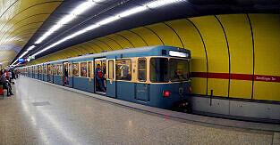 Wartender A-Wagen im U-Bahnhof Sendlinger Tor