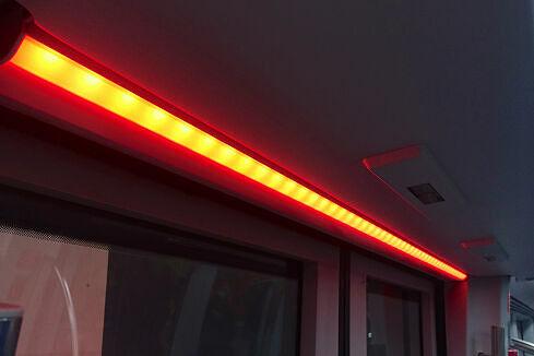 LED-Lichtleiste im C2-Zug über einer nicht freigegebenen Tür