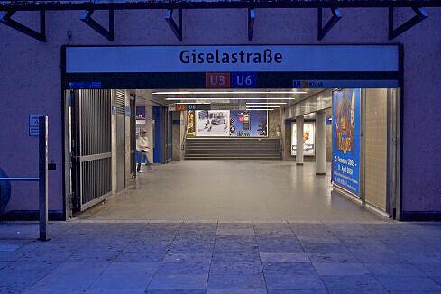 """Eingang zum U-Bahnhof Giselastraße aus Richtung """"Schweinchenbau"""" der LMU"""