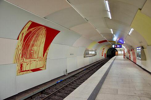 Einfahrender C-Zug im Bahnhof Garching
