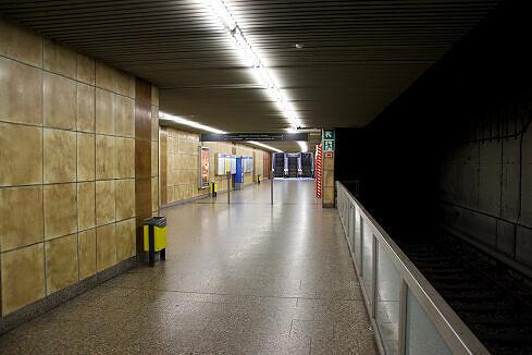Treppen vom Bahnsteig zum östlichen Ausgang am U-Bahnhof Heimeranplatz