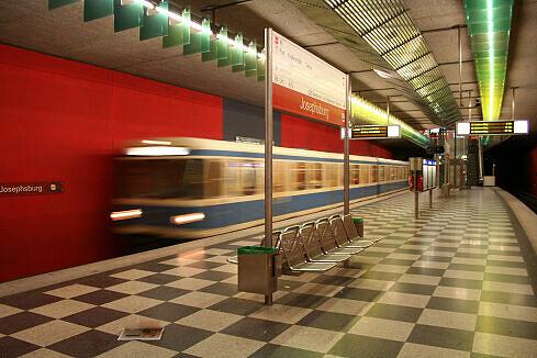 Einfahrender A-Wagen im Bahnhof Josephsburg