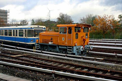 Diesellokomotive 8903 mit den aus Nürnberg heimgekehrten A-Wagen 103 und 104