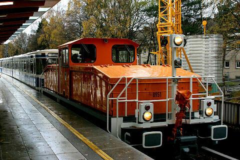 Akkulok 8951 mit Wagen 103 und 104 nach deren Rücktransport aus Nürnberg im Bahnhof Freimann