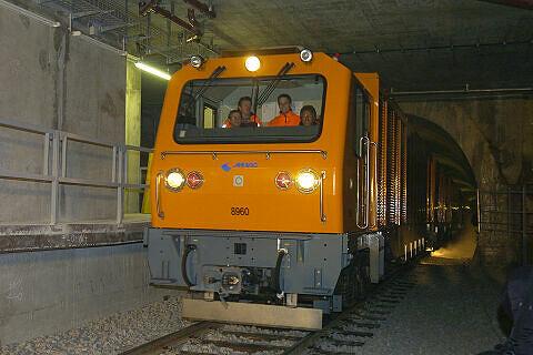 """Staubsaugerzug """"Schlucki"""" bei der Arbeit  <br />Quelle: SWM/MVG"""