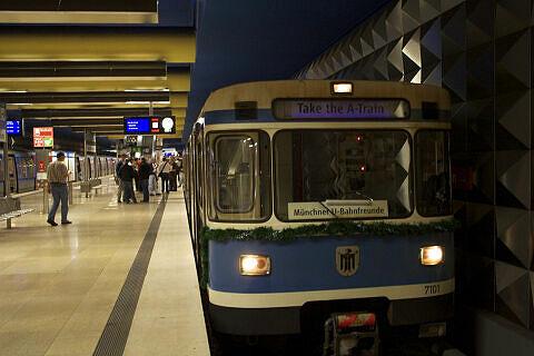Fahrt in der Party-U-Bahn: warten auf die Weiterfahrt am OEZ