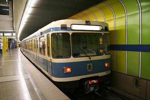 A-Wagen 173 im U-Bahnhof Westpark