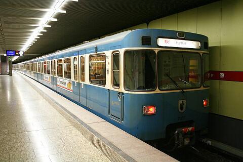 A-Wagen 307 im U-Bahnhof Untersbergstraße