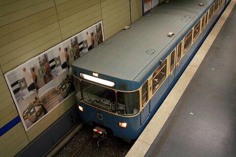 A-Wagen 308 im Bahnhof Universität