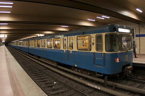 A-Wagen 324 im U-Bahnhof Implerstraße