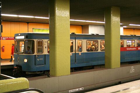 A-Wagen 331 im U-Bahnhof Kolumbusplatz
