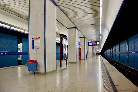 Einfahrender A-Zug im Bahnhof Aidenbachstraße