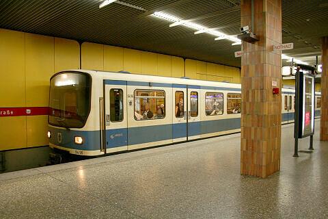 B-Prototyp 496 im U-Bahnhof Quiddestraße