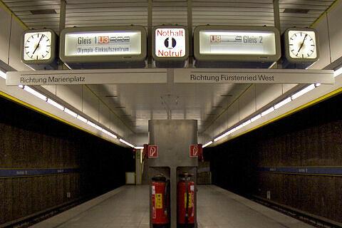 Zugzielanzeiger im Bahnhof Basler Straße