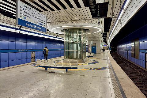 Brudermühlstraße Gleis 2 mit Aufzug