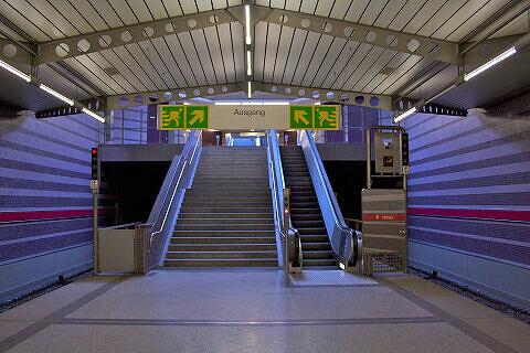 Südlicher Bahnsteigzugang im U-Bahnhof Harthof