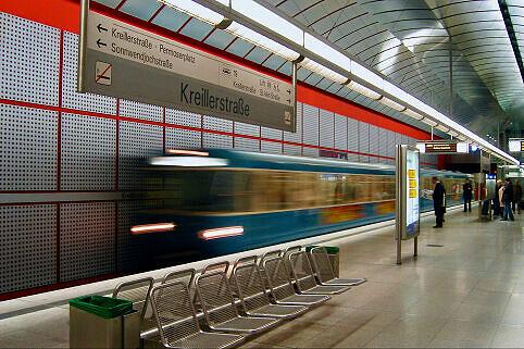 Einfahrender A-Wagen im Bahnhof Kreillerstraße