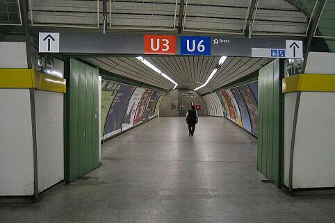 Leitsystem Odeonsplatz - Verbindungstunnel Richtung U3/6-Bahnsteig