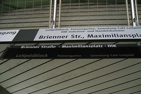 Leitsystem Odeonsplatz - Altes Schild hinter neuem Schild
