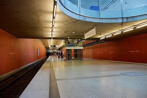 Östliches Bahnsteigende im U-Bahnhof Messestadt West