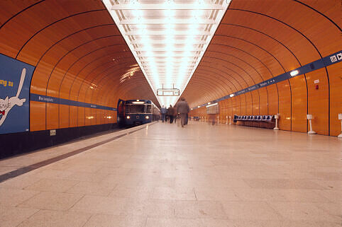 Bahnsteig Marienplatz im Jahr 1974 mit alter Möblierung und Zugzielanzeigern