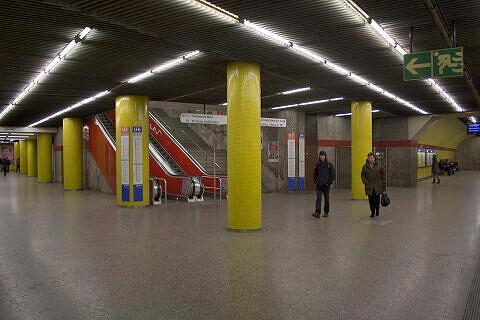 Querbahnsteig mit Aufgängen zur U3/U6 am Sendlinger Tor