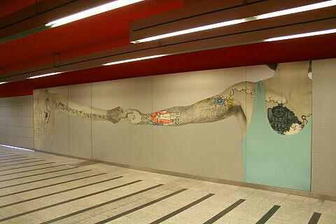 Fingerhakeln-Darstellung im östlichen Verbindungstunnel zur S-Bahn in Trudering