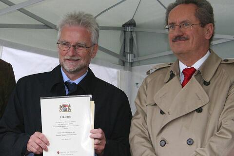 MVG-Chef König mit der Betriebserlaubnis, daneben OB Ude