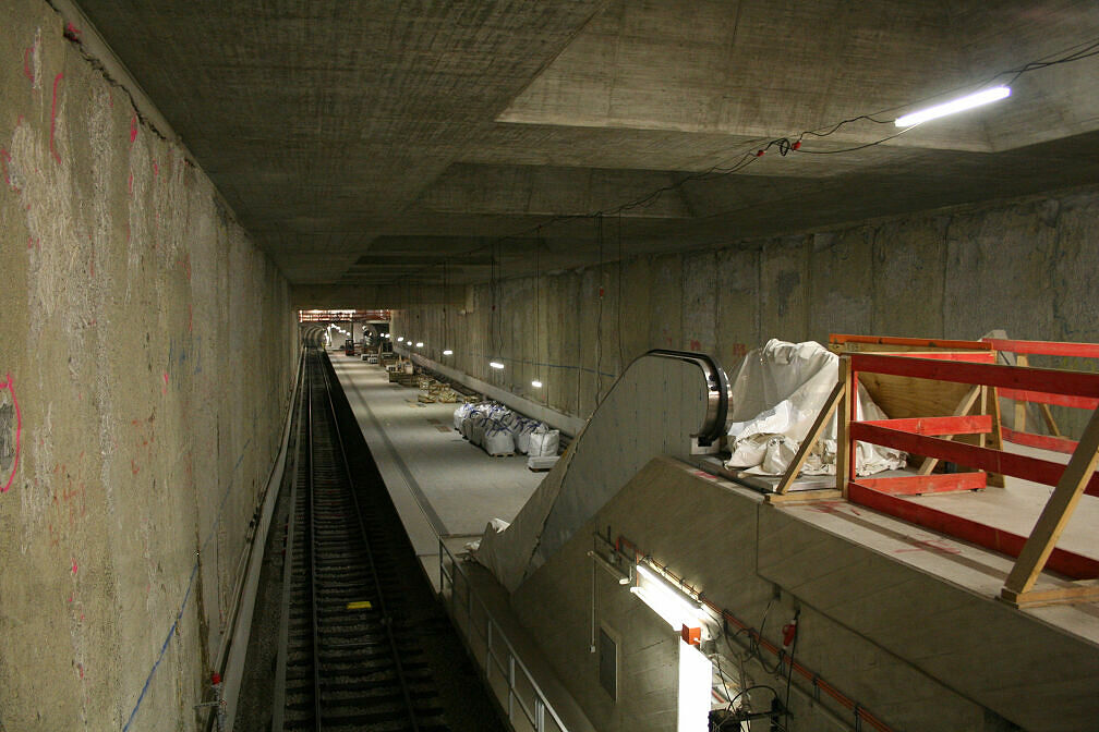 Blick vom westlichen Sperrengeschoss des U-Bahnhofs Oberwiesenfeld auf den Bahnsteig