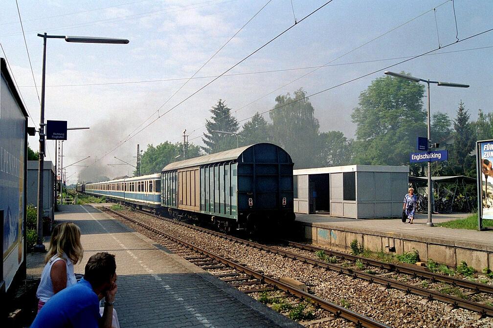 Überführung dreier U-Bahn-Wagen 2003 - Der Zug durchfährt Englschalking